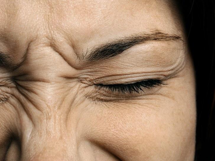 一睜開眼睛時,突然感到一陣刺痛、隨即不停「標」眼水