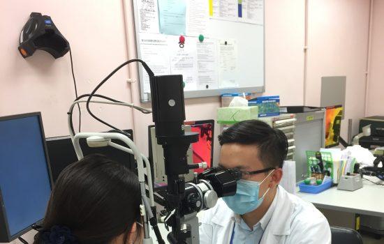 眼科醫生使用裂隙燈為患者進行詳細檢查