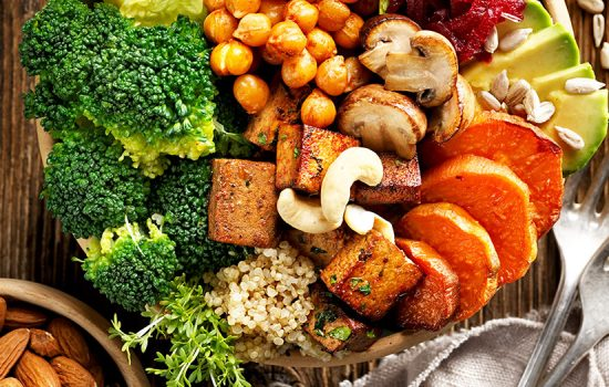 嚴格遵守飲食原則,減少高糖份食物,多選高纖維食品,並按眼科醫生的建議作定期檢查,及早發覺並治療,可延緩糖尿病視網膜病變的出現